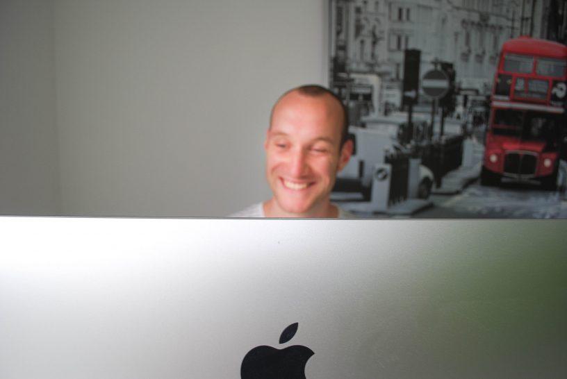 Tom achter computer