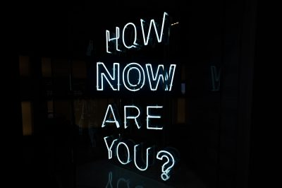 Neon lamp met de tekst How now are you?