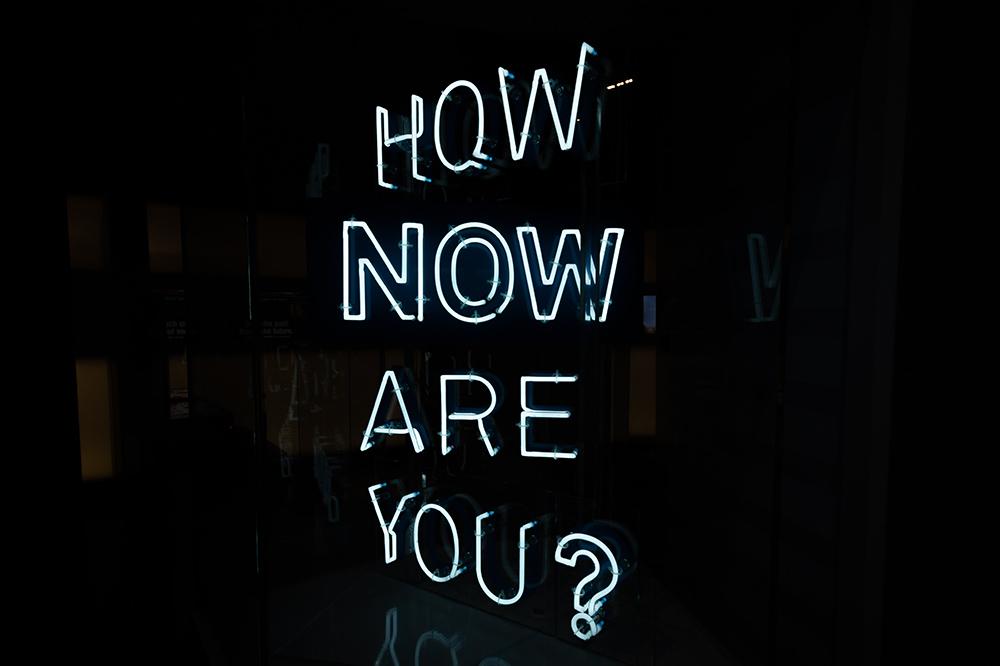 Neon lamp met de tekst How now are you?